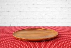 Κενός στρογγυλός ξύλινος δίσκος στο κόκκινο τραπεζομάντιλο σημείων Πόλκα άνω του άσπρου β Στοκ φωτογραφία με δικαίωμα ελεύθερης χρήσης
