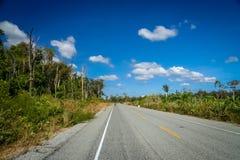 Κενός στρωμένος δρόμος μέσω της Καμπότζης Στοκ εικόνα με δικαίωμα ελεύθερης χρήσης