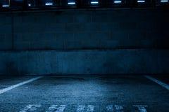 Κενός συγκεκριμένος υπαίθριος σταθμός αυτοκινήτων μέσα στο κτήριο Στοκ φωτογραφία με δικαίωμα ελεύθερης χρήσης