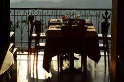 Κενός υπαίθριος πίνακας εστιατορίων στο ηλιοβασίλεμα Στοκ Εικόνες