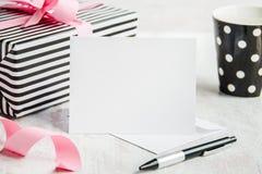 κενός χαιρετισμός καρτών Τυλιγμένο φλυτζάνι δώρων και καφέ στο υπόβαθρο Στοκ φωτογραφία με δικαίωμα ελεύθερης χρήσης