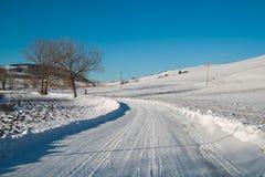 Κενός χιονισμένος δρόμος στο χειμερινό τοπίο Στοκ Εικόνα
