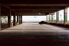 Κενός χώρος στάθμευσης Ένα αυτοκίνητο στο διάστημα χώρων στάθμευσης στοκ φωτογραφίες