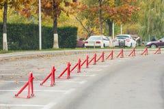 κενός χώρος στάθμευσης αυτοκινήτων Υπαίθρια θέση στάθμευσης με τη μηχανική κλειδαριά εμποδίων E Η πόλη μητροπόλεων Στοκ φωτογραφίες με δικαίωμα ελεύθερης χρήσης