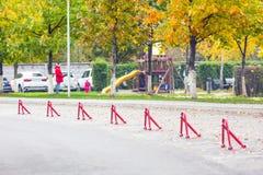 κενός χώρος στάθμευσης αυτοκινήτων Υπαίθρια θέση στάθμευσης με τη μηχανική κλειδαριά εμποδίων E Η πόλη μητροπόλεων Στοκ Εικόνες