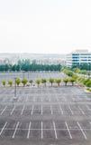 Κενός χώρος στάθμευσης με ένα αυτοκίνητο Στοκ εικόνα με δικαίωμα ελεύθερης χρήσης