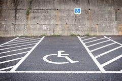 Κενός χώρος στάθμευσης με τα άτομα με ειδικές ανάγκες που σταθμεύουν το σημάδι στο δρόμο Στοκ Φωτογραφίες