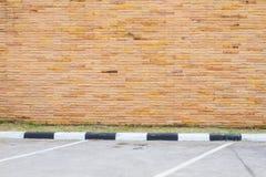 Κενός χώρος στάθμευσης με τον καφετή τοίχο ψαμμίτη Στοκ Εικόνες