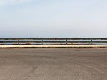 Κενός χώρος στάθμευσης με το προστατευτικό κιγκλίδωμα στοκ φωτογραφίες