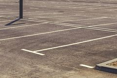 Κενός χώρος στάθμευσης με το χαρακτηρισμένο τομέα στάθμευσης Στοκ Εικόνα