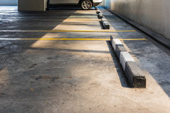 Κενός χώρος στάθμευσης στο πάτωμα χώρων στάθμευσης αυτοκινήτων Στοκ φωτογραφίες με δικαίωμα ελεύθερης χρήσης