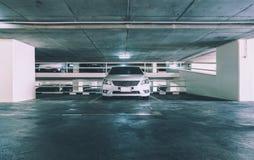 Κενός χώρος στάθμευσης στο πάτωμα χώρων στάθμευσης αυτοκινήτων Στοκ Εικόνες