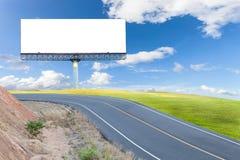 Κενός ψηφιακός πίνακας διαφημίσεων με την οδική πράσινη χλόη ασφάλτου, μπλε ουρανός στοκ φωτογραφίες με δικαίωμα ελεύθερης χρήσης