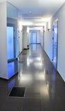 Κενός διάδρομος σε ένα νοσοκομείο ή ένα κτίριο γραφείων Στοκ Φωτογραφία