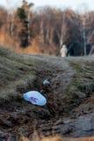 Κενό άσπρο δάσος πλαστικών τσαντών την άνοιξη στο ηλιοβασίλεμα τον Απρίλιο απορρίματα Στις σκιαγραφίες απόστασης δύο αναχωρώντας  Στοκ εικόνα με δικαίωμα ελεύθερης χρήσης