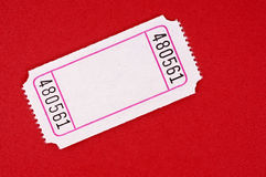 Κενό άσπρο εισιτήριο σε ένα κόκκινο υπόβαθρο Στοκ Φωτογραφία