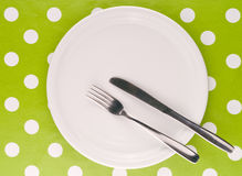 Κενό άσπρο επίπεδο πιάτο με το δίκρανο και το μαχαίρι Στοκ εικόνα με δικαίωμα ελεύθερης χρήσης