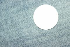 Κενό άσπρο διακριτικό στο υλικό παντελονιού Στοκ εικόνες με δικαίωμα ελεύθερης χρήσης