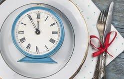 κενό άσπρο κεραμικό πιάτο και εκλεκτής ποιότητας ασημικές στο ξύλινο backgr στοκ φωτογραφία