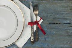 κενό άσπρο κεραμικό πιάτο και εκλεκτής ποιότητας ασημικές στο ξύλινο backgr στοκ εικόνα