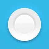 Κενό άσπρο κεραμικό στρογγυλό πιάτο στο μπλε Στοκ φωτογραφίες με δικαίωμα ελεύθερης χρήσης
