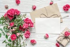 Κενό άσπρο κιβώτιο ευχετήριων καρτών και δώρων με τη ρόδινη ροδαλή ανθοδέσμη λουλουδιών Στοκ φωτογραφία με δικαίωμα ελεύθερης χρήσης