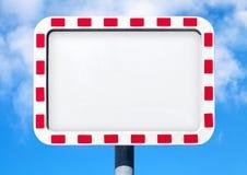 Κενό άσπρο οδικό σημάδι με το κόκκινο ριγωτό πλαίσιο στοκ εικόνες
