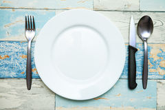 Κενό άσπρο πιάτο με τα μαχαιροπήρουνα Στοκ φωτογραφία με δικαίωμα ελεύθερης χρήσης