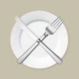 Κενό άσπρο πιάτο με το δίκρανο και το μαχαίρι Στοκ φωτογραφία με δικαίωμα ελεύθερης χρήσης