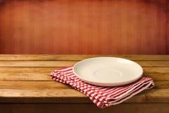 Κενό άσπρο πιάτο στον ξύλινο πίνακα Στοκ Εικόνα