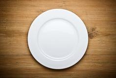Κενό άσπρο πιάτο στο δάσος Στοκ Εικόνες