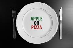 Κενό άσπρο πιάτο τοπ άποψης στο μαύρο υπόβαθρο Apple ή την πίτσα Ε Στοκ φωτογραφίες με δικαίωμα ελεύθερης χρήσης
