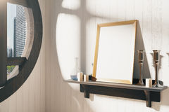 Κενό άσπρο πλαίσιο εικόνων με τα κηροπήγια στο καφετί ξύλινο shel Στοκ Εικόνες