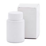Κενό άσπρο πλαστικό μπουκάλι ιατρικής και κενό κιβώτιο συσκευασίας εγγράφου που απομονώνονται πέρα από το άσπρο υπόβαθρο Στοκ φωτογραφία με δικαίωμα ελεύθερης χρήσης