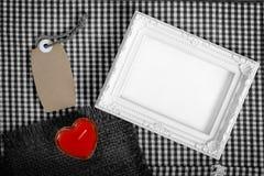Κενό άσπρο σημάδι καρδιών πλαισίων επόμενο κόκκινο από την ετικέττα κεριών και εγγράφου Στοκ Εικόνα