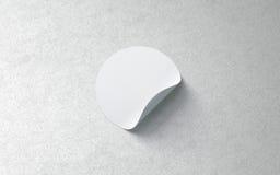 Κενό άσπρο στρογγυλό συγκολλητικό πρότυπο αυτοκόλλητων ετικεττών στον κατασκευασμένο τοίχο, στοκ φωτογραφίες