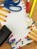 Κενό άσπρο φύλλο του εγγράφου για το κείμενό σας με τα μολύβια, ρόδινα sticknotes, μάνδρα, ψαλίδι, κίτρινο highlighter, μαύρη τρύ Στοκ φωτογραφία με δικαίωμα ελεύθερης χρήσης