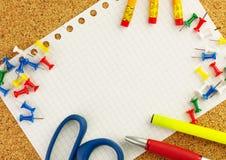 Κενό άσπρο φύλλο του εγγράφου σημειωματάριων ` s για το κείμενό σας με τα μολύβια, μάνδρα, ψαλίδι, κίτρινο highlighter στοκ εικόνα με δικαίωμα ελεύθερης χρήσης