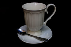 Κενό άσπρο φλυτζάνι καφέ που απομονώνεται πέρα από ένα μαύρο υπόβαθρο στοκ φωτογραφία με δικαίωμα ελεύθερης χρήσης