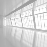 Κενό άσπρο δωμάτιο με τα μεγάλα παράθυρα στοκ εικόνα με δικαίωμα ελεύθερης χρήσης