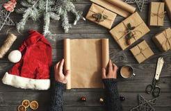 Κενό έγγραφο εκμετάλλευσης ατόμων για τον ξύλινο πίνακα με τα χριστουγεννιάτικα δώρα Στοκ Φωτογραφίες