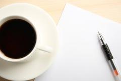 Κενό έγγραφο με τη μάνδρα και τον καφέ σφαιρών Στοκ Εικόνες