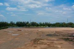 Κενό έδαφος που χρησιμοποιείται για το κτήριο και την πώληση οικοδόμησης με τον όμορφο ουρανό Στοκ εικόνα με δικαίωμα ελεύθερης χρήσης