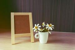 Κενό ή κενό πίνακας ή σημάδι με το καλό λουλούδι, μικρό άσπρο flo Στοκ εικόνες με δικαίωμα ελεύθερης χρήσης
