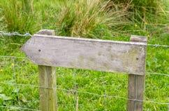 Κενό αγροτικό ξύλινο σημάδι σε έναν φράκτη αλυσίδα-συνδέσεων Στοκ εικόνα με δικαίωμα ελεύθερης χρήσης
