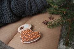 Κενό ανοικτό σημειωματάριο, χριστουγεννιάτικο δέντρο, χιόνι, μελόψωμο, Στοκ Φωτογραφία
