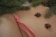Κενό ανοικτό σημειωματάριο, χριστουγεννιάτικο δέντρο, χιόνι, μελόψωμο, Στοκ Φωτογραφίες