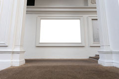 Κενό απομονωμένο λευκό πλαίσιο ή κενός πίνακας διαφημίσεων σε ένα κτήριο στο γ στοκ φωτογραφία με δικαίωμα ελεύθερης χρήσης