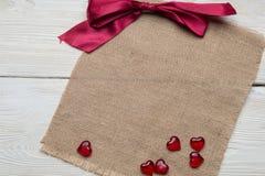 Κενό βιβλίο σημειώσεων με την κόκκινη καρδιά στον πίνακα, έννοια ημέρας βαλεντίνων ` s Στοκ φωτογραφία με δικαίωμα ελεύθερης χρήσης
