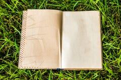 Κενό βιβλίο στη χλόη στοκ φωτογραφία με δικαίωμα ελεύθερης χρήσης